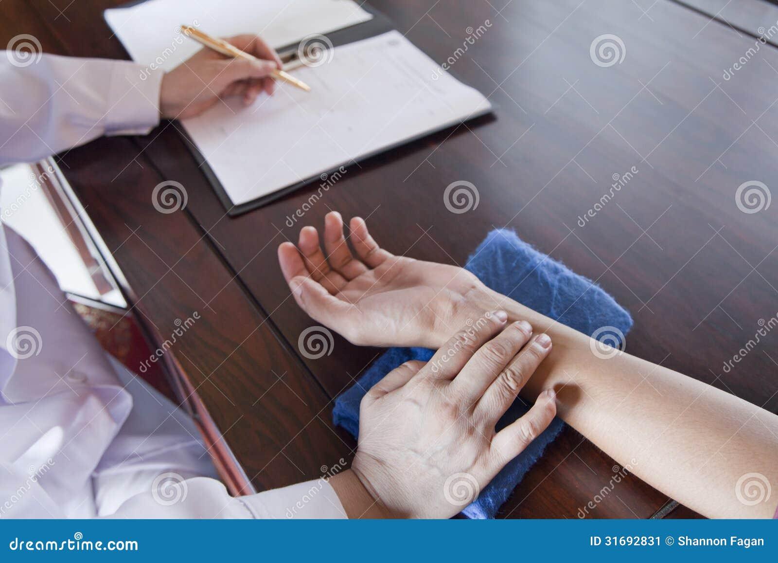 Slut upp av patients hand medan doktor Takes Pulse