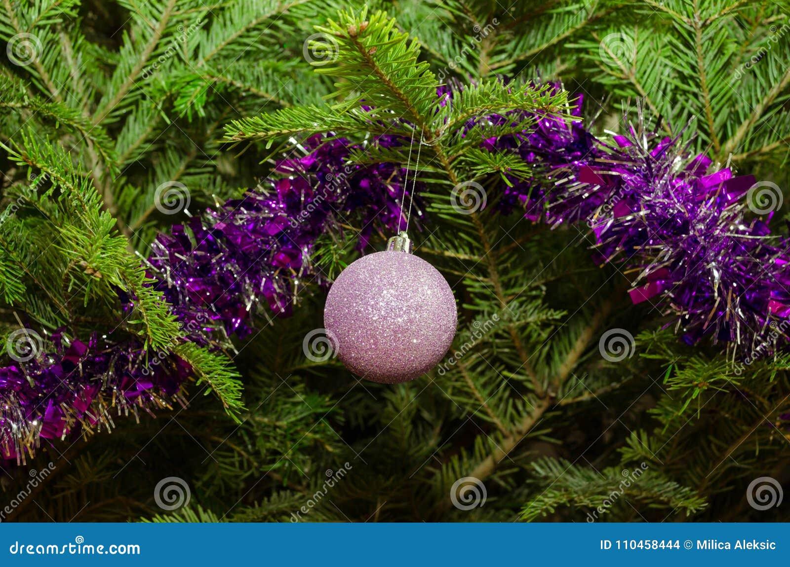 Slut upp av purpurfärgade julgrangarneringar