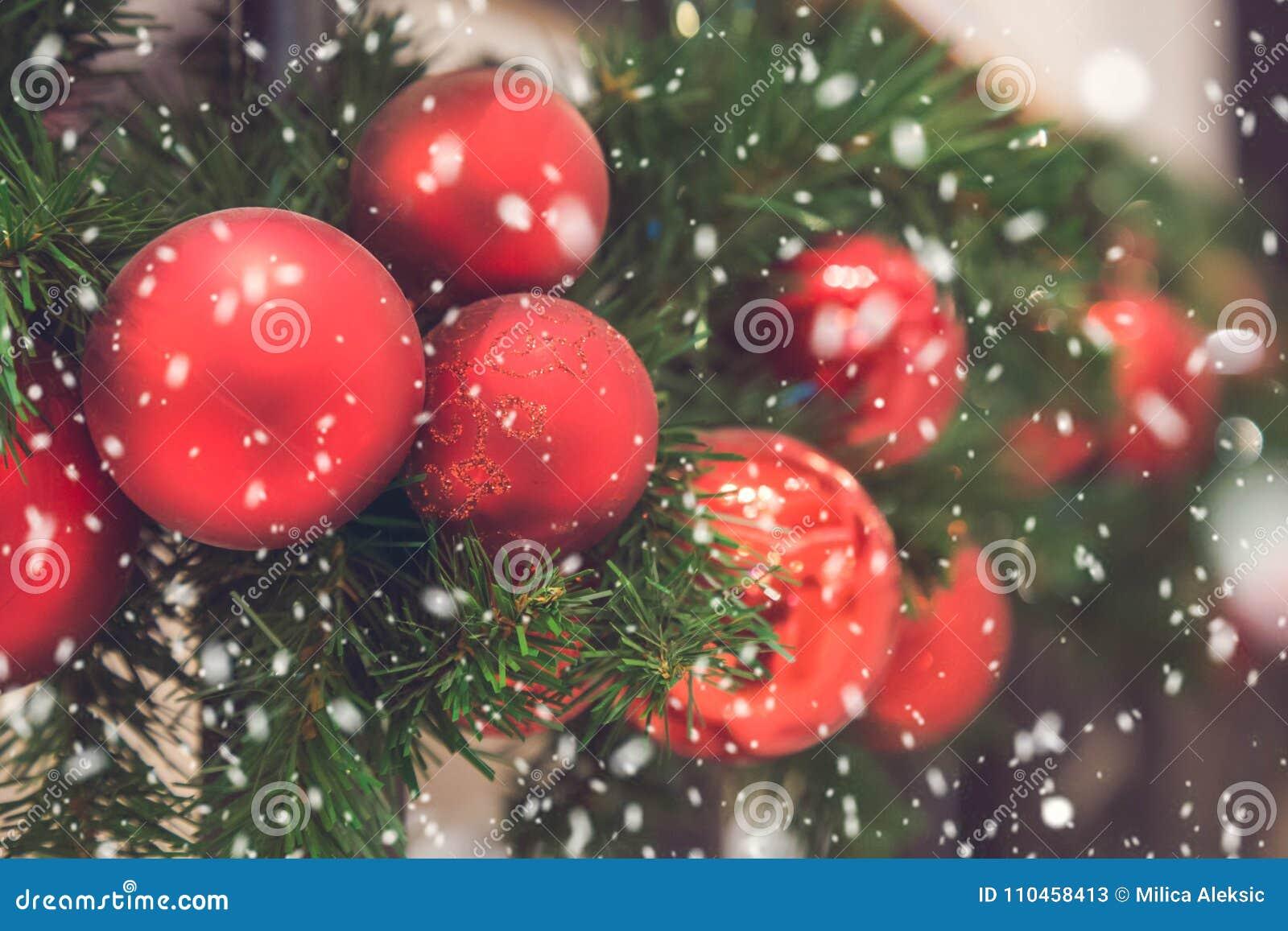 Slut upp av röda julgrangarneringar