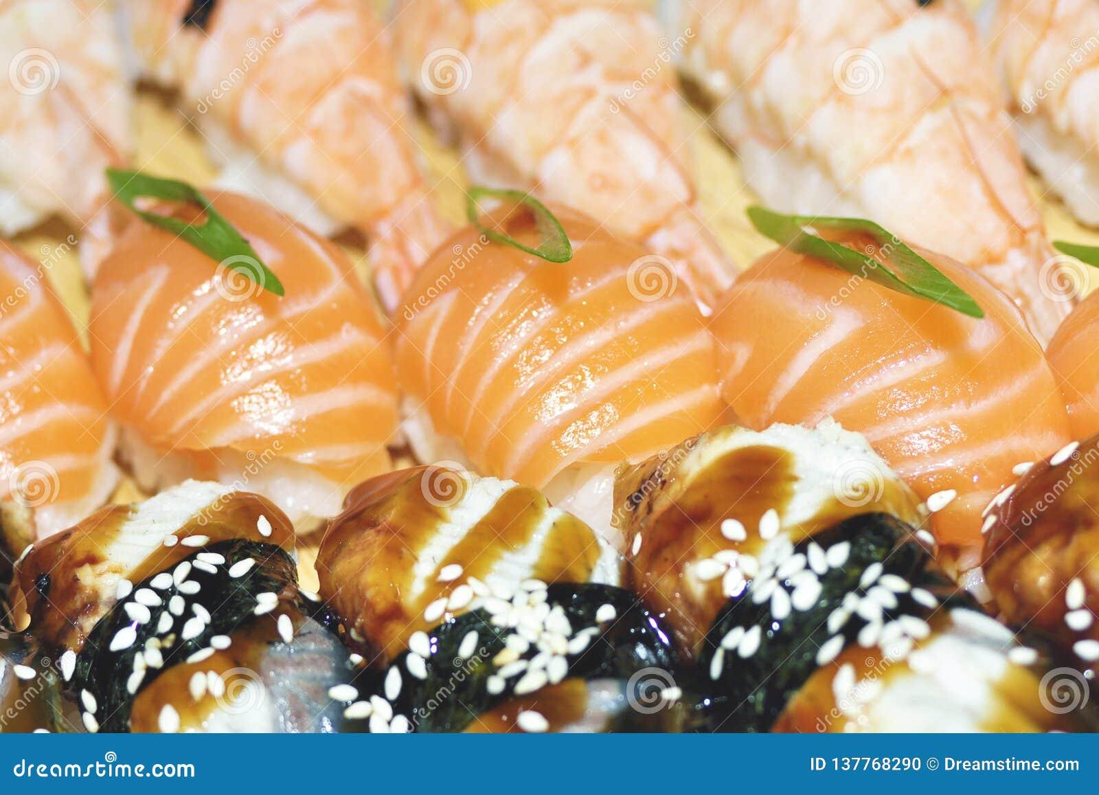 Slut upp av sashimisushiuppsättningen med pinnar och sojabönor