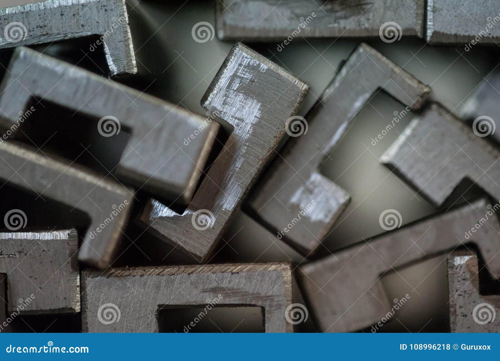 Slut upp av staplade metallplattor