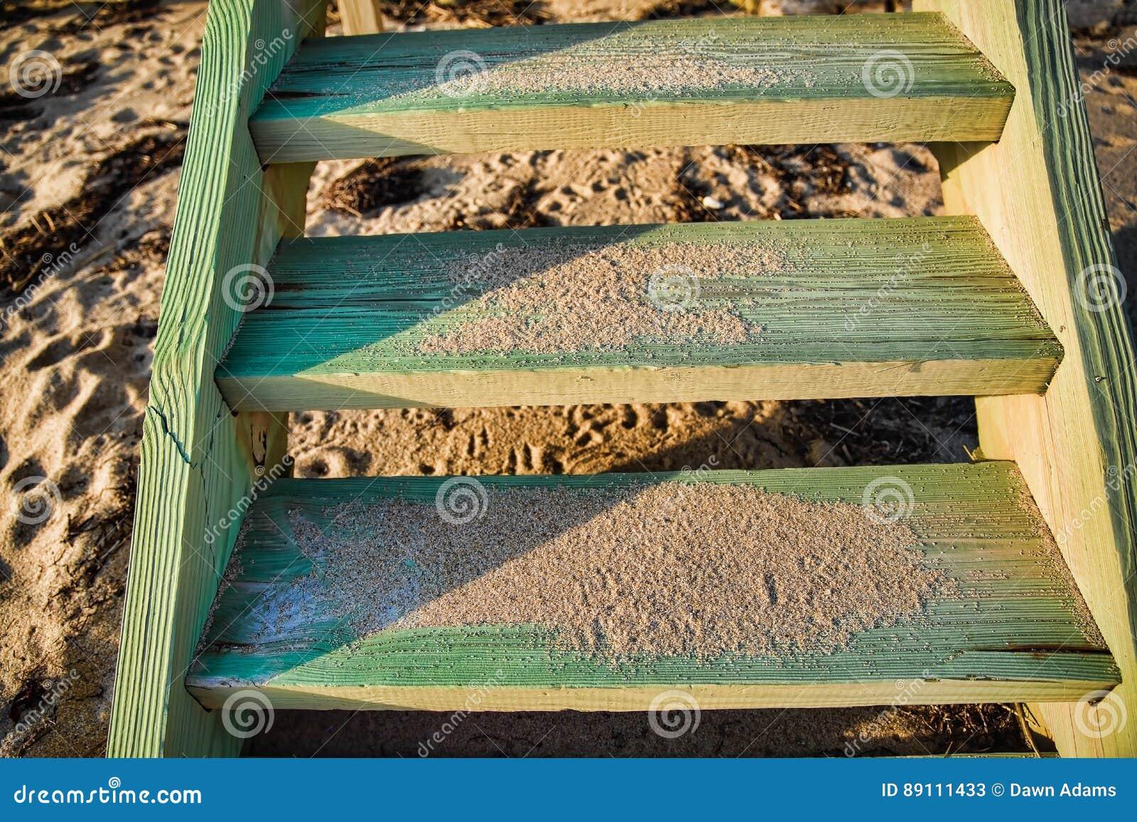 Slut upp av Weathered och Sandy Beach Stairs