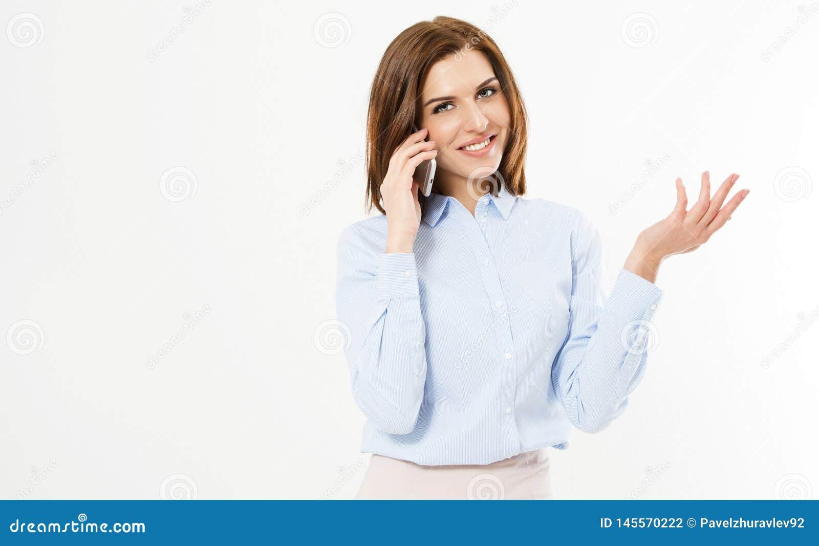 Slut upp den unga kontorsbrunettkvinnan som talar till någon på hennes mobiltelefon, medan se in i kameran med den lyckliga ansik