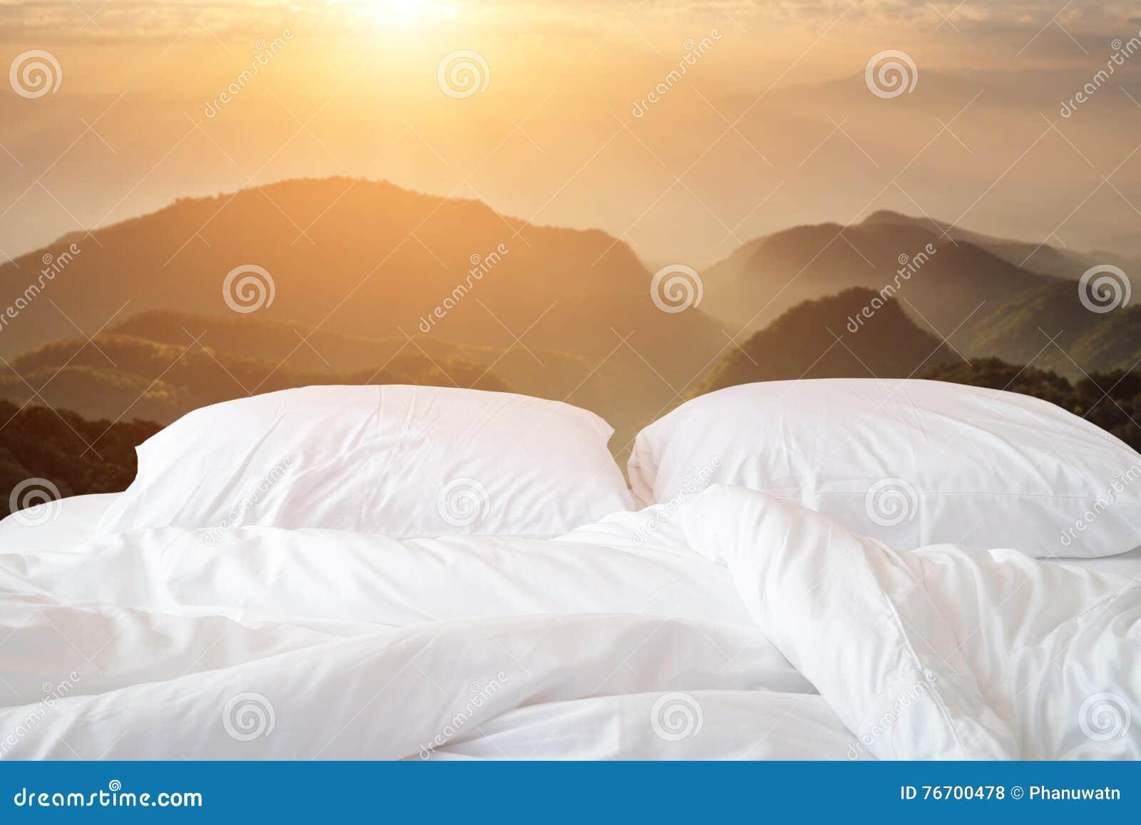 Slut upp den vita sängkläderark och kudden på sikt av berget