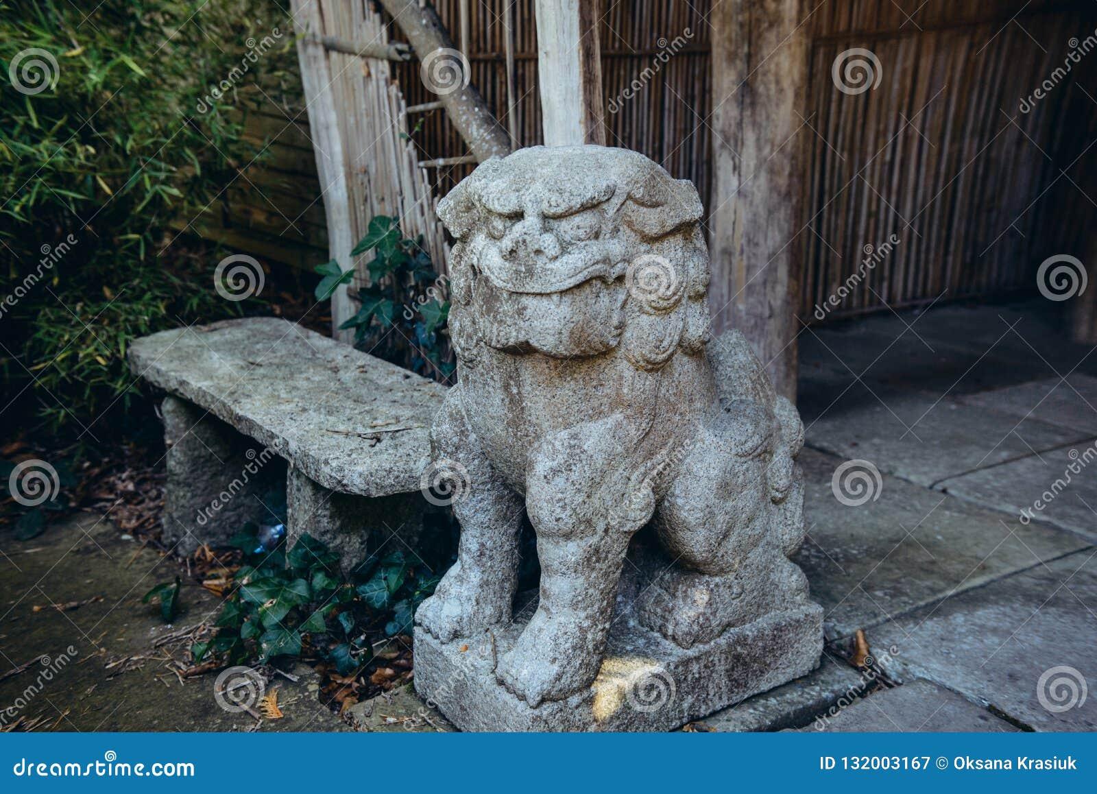 Slut upp det kinesiska imperialistiska lejonet, staty för förmyndarelejonsten, skulptur för kinesisk japansk stil i tempelträdgår