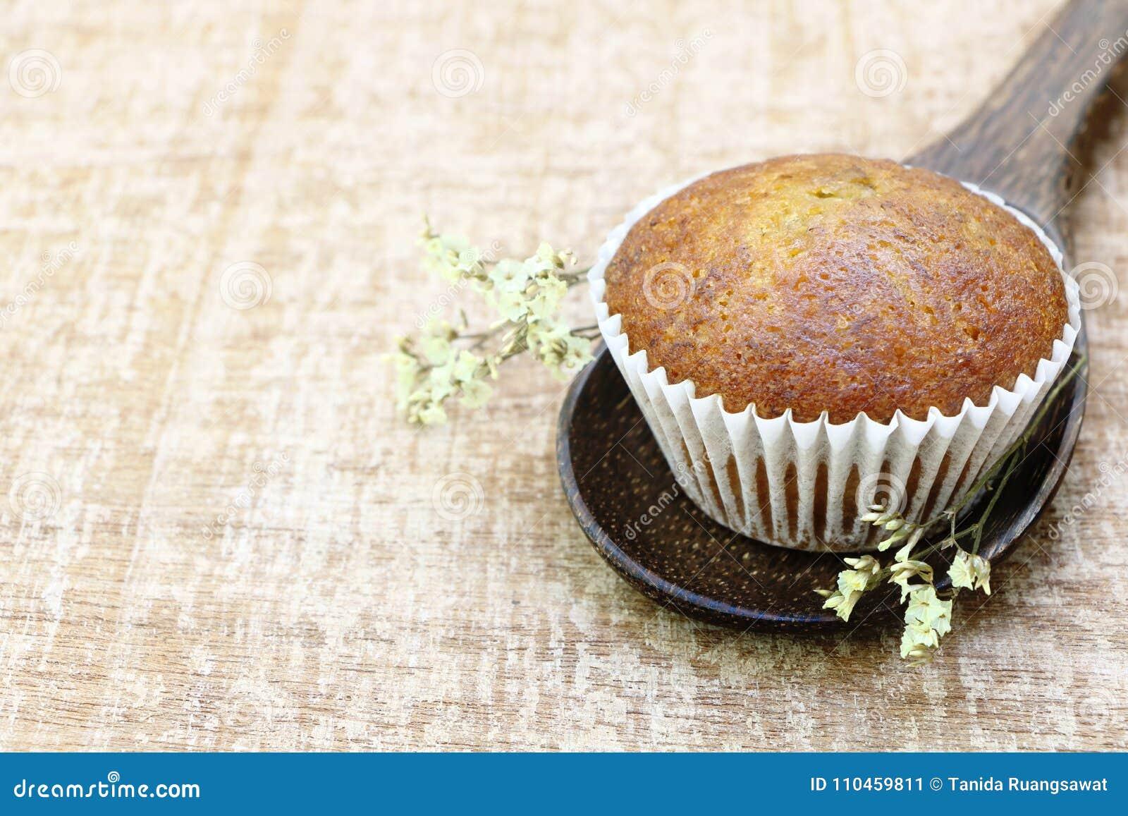 Slut upp enkel sikt för sida för bageri för banankoppkaka på den wood slevblicken som är läcker på trätabellbakgrund