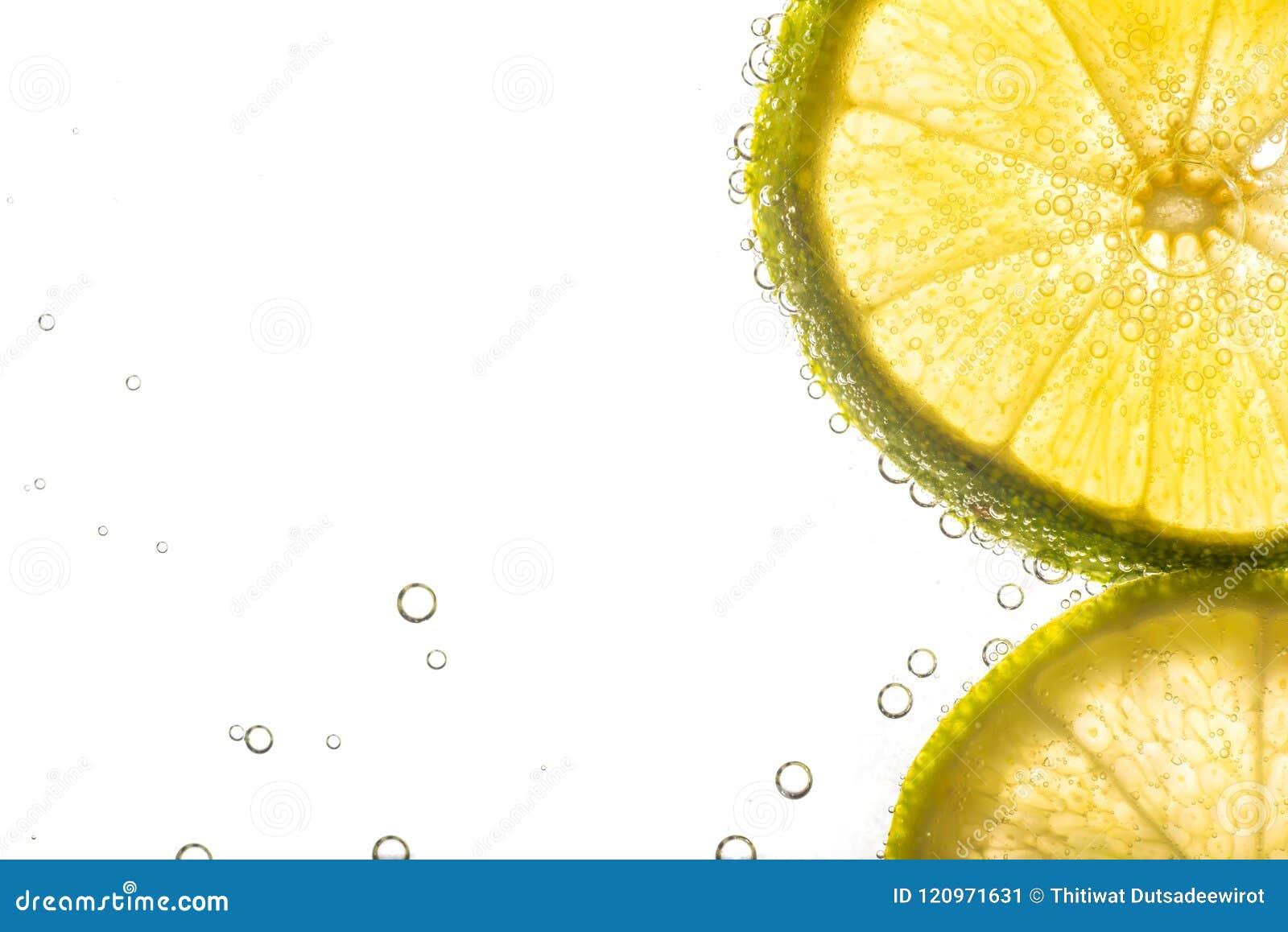 Slut upp ny limefrukt som skivas i sodavatten