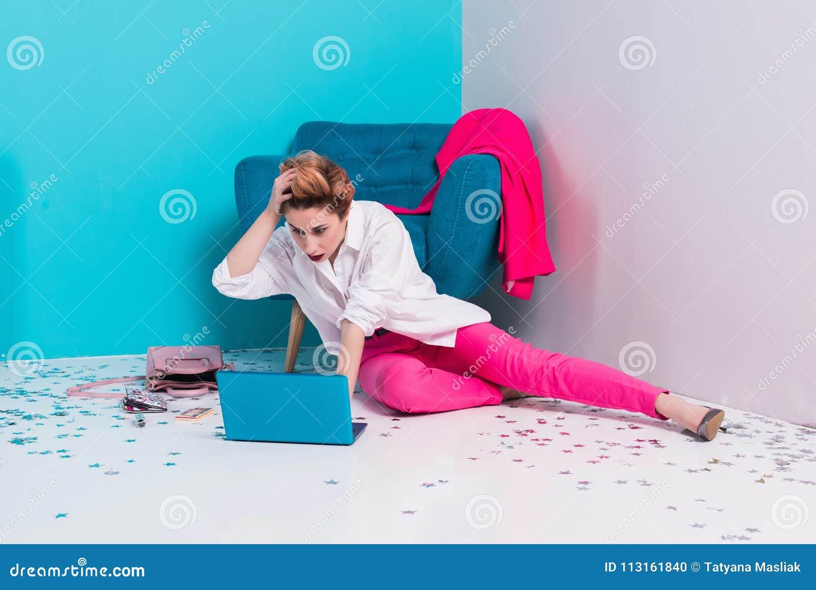 Slut upp ståenden av den trötta flickan med missbelåtet framsidauttryck som ser hennes anteckningsbokskärm med kopieringsutrymme