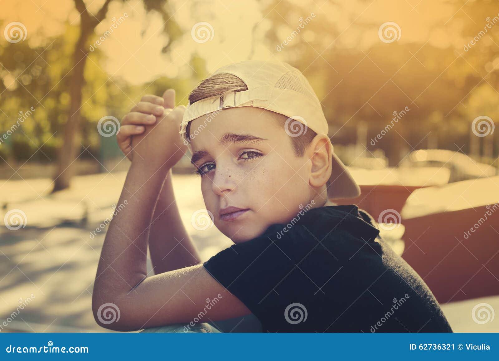 Slut upp ståenden av en stilig pojke