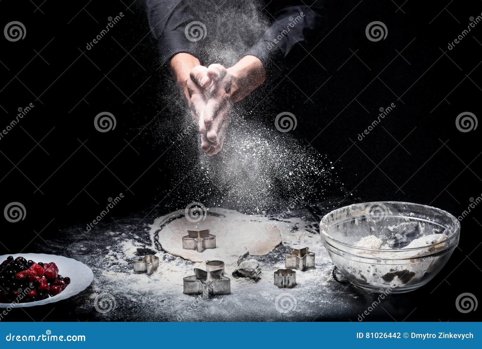 Slutet av mans upp händer som förbereder kakor
