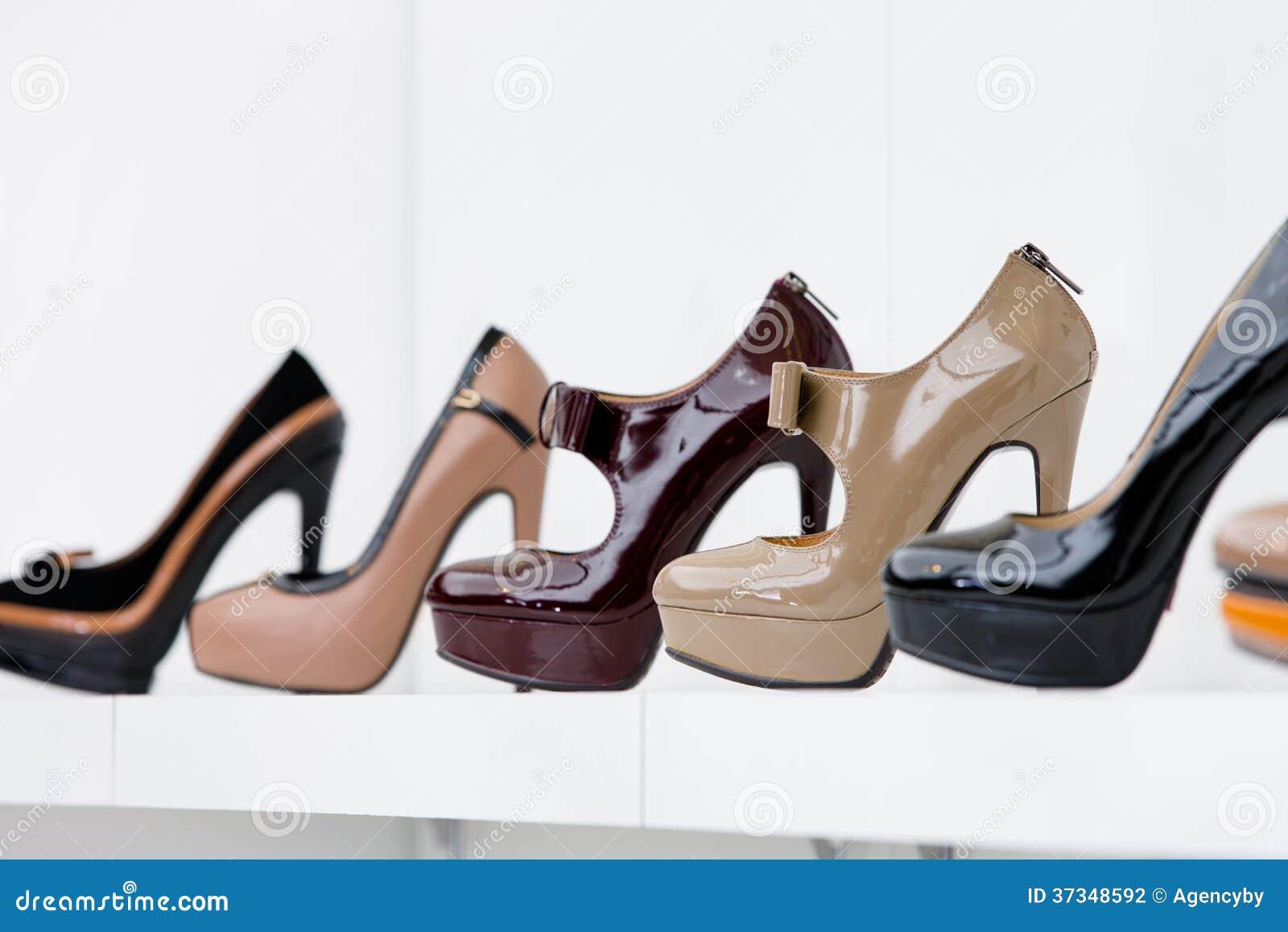 Slutet av uppsättningen av höjdpunkten heeled upp skor