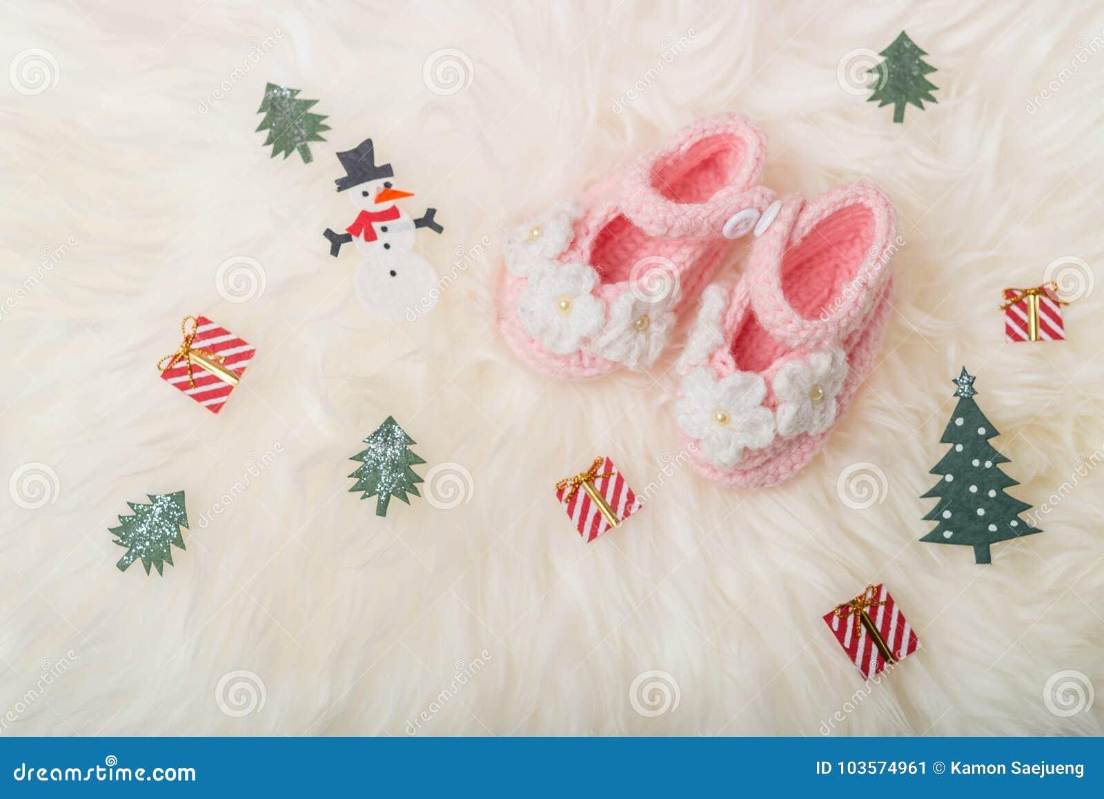 Slutet behandla som ett barn upp stack skor för flickan på vit filtbakgrund Glad jul och hälsningkort för lyckligt nytt år med ko