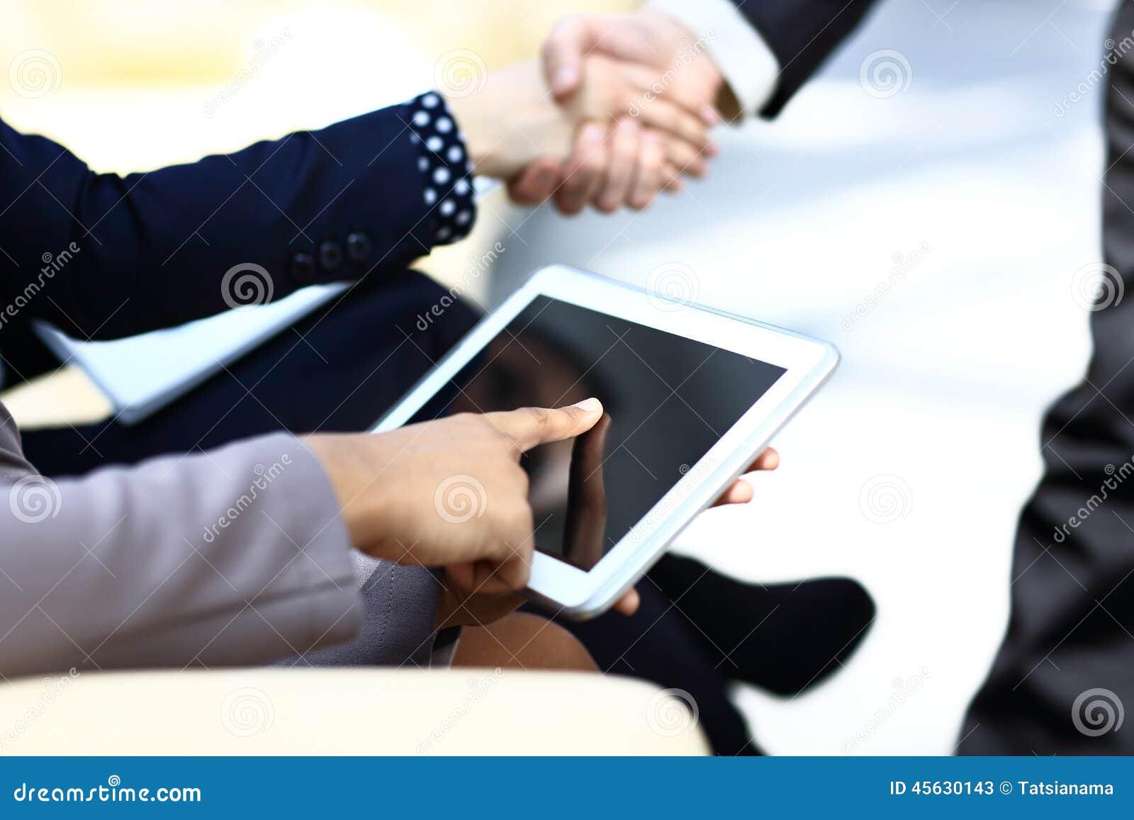 Slutet räcker upp multitaskingmannen som använder minnestavlan