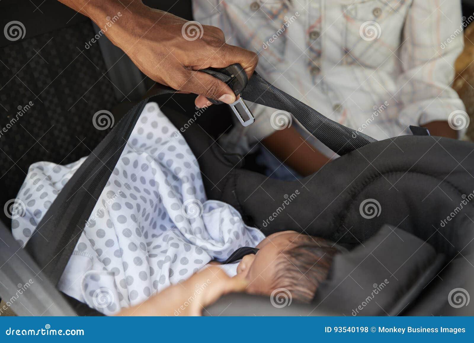 Slutet upp av att komma med för föräldrar som är nyfött, behandla som ett barn hem i bil