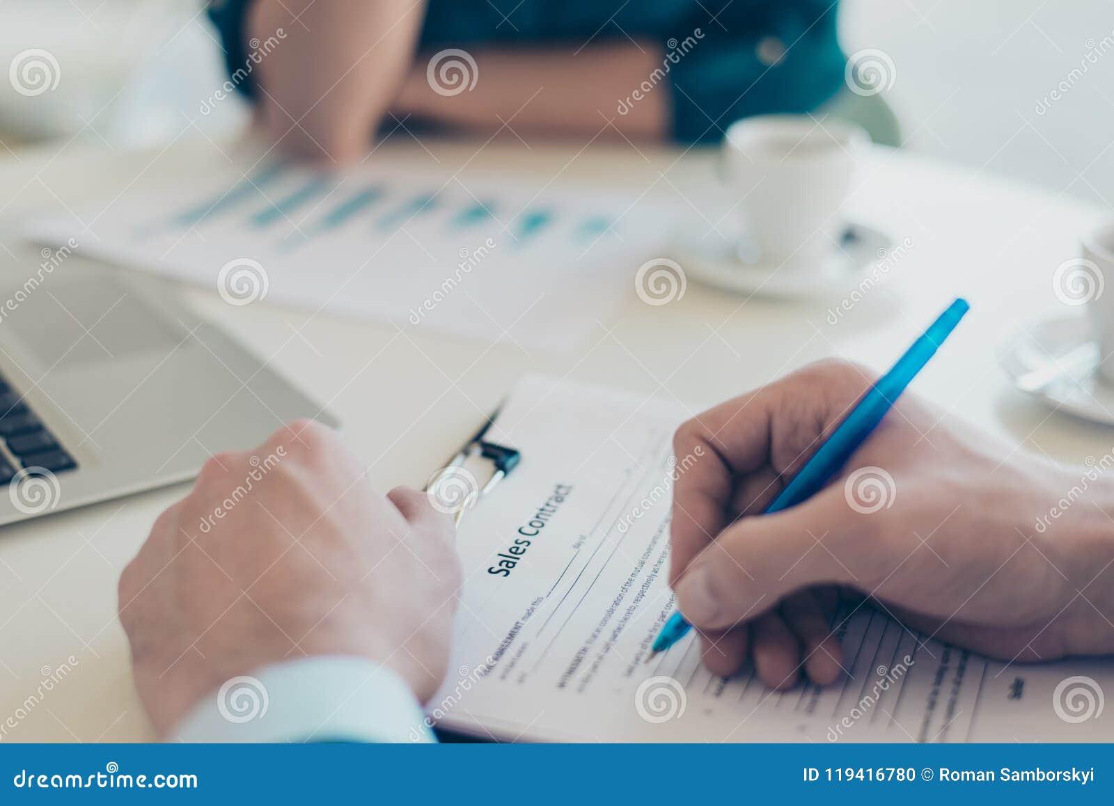 Slutet upp det över huvudet ovannämnda bästa fotoet av händer för man` som s undertecknar en rekryterare för fastighetsmäklare fö