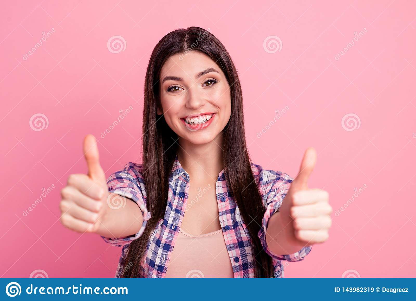 Slutet upp fantastiskt härligt hennes för foto testade hon tummen för damhandarmar som lyfttes upp krimskrams, kvalitets- bra job