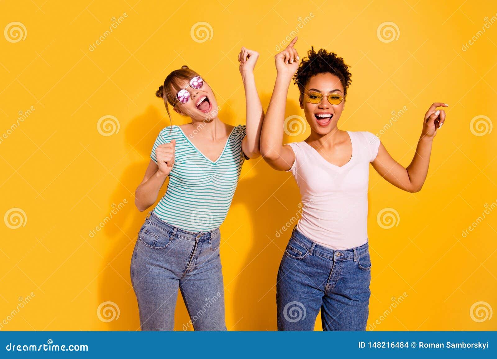 Slutet upp härligt roligt för foto bär hon hennes damhandarmar som lyfts upp spännande olika nationaliteter för modern rörelse, s