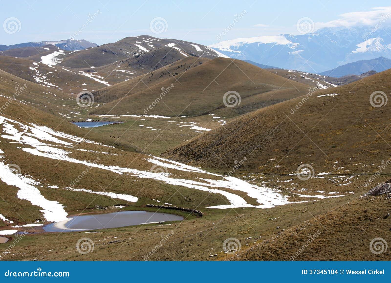 Smältande vatten i Gran Sasso highmountains, Italien