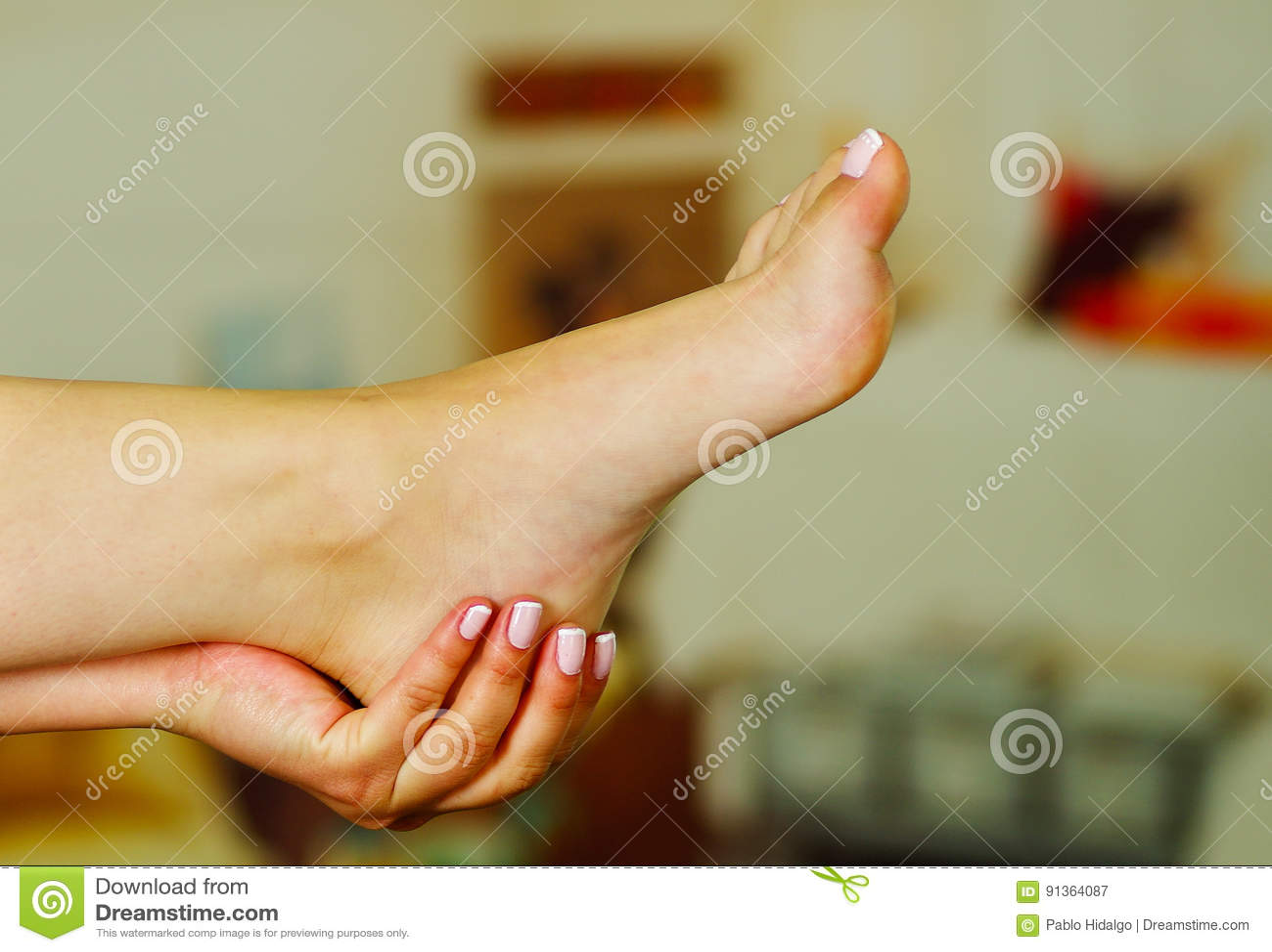 Smärta i foten, auto massage av kvinnlig fot
