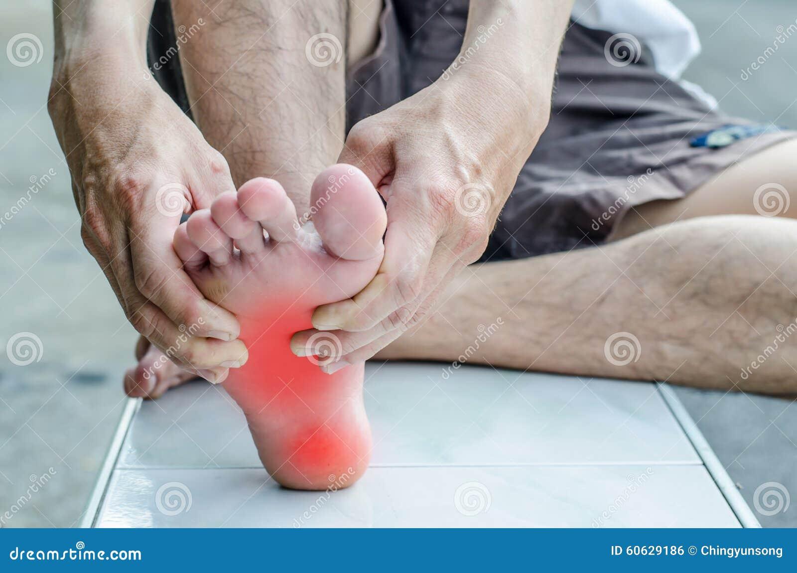 Smärta i foten Massage av manlig fot