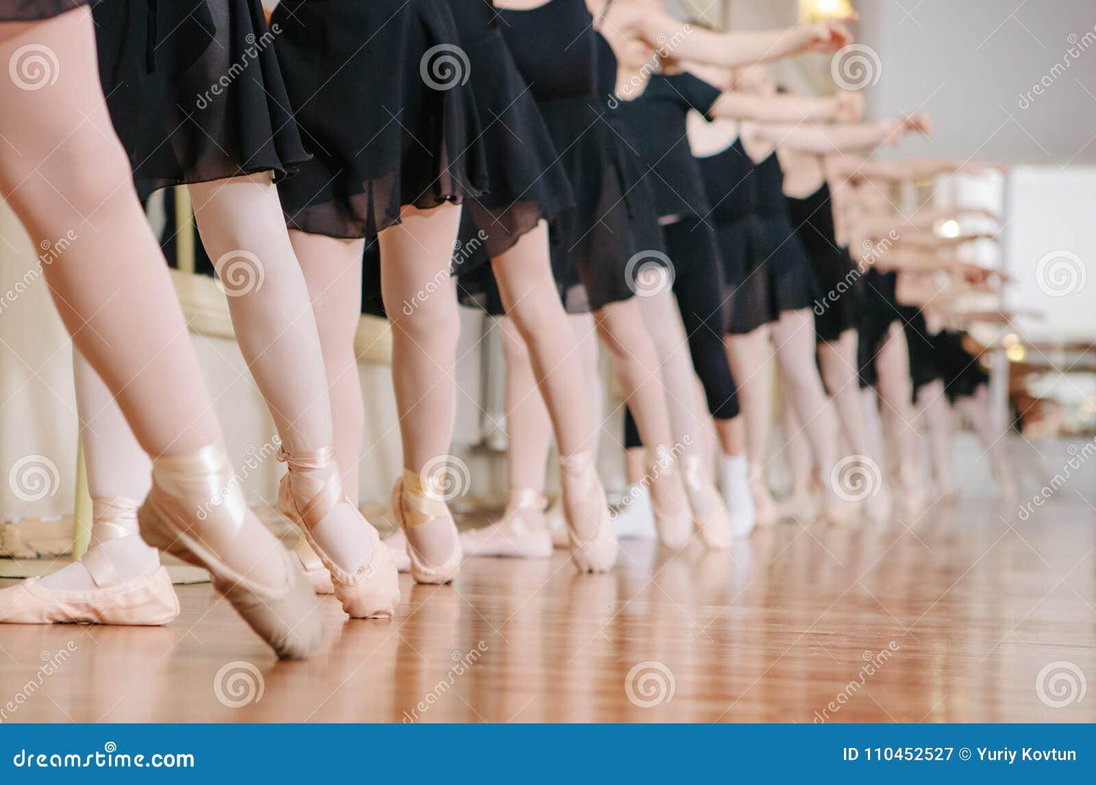 Små ballerina som gör övningsbalettgrupp