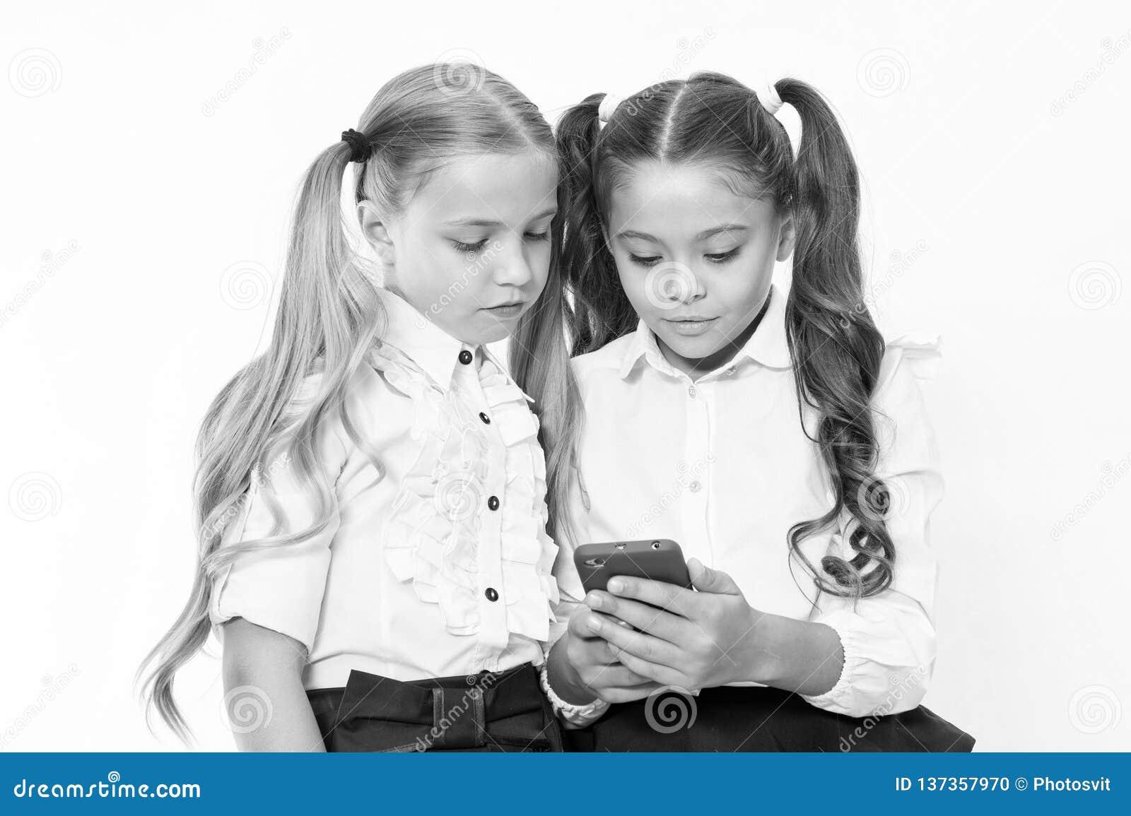 Små barn beror på mobiltelefonen Flickatextsms med mobiltelefonen bero