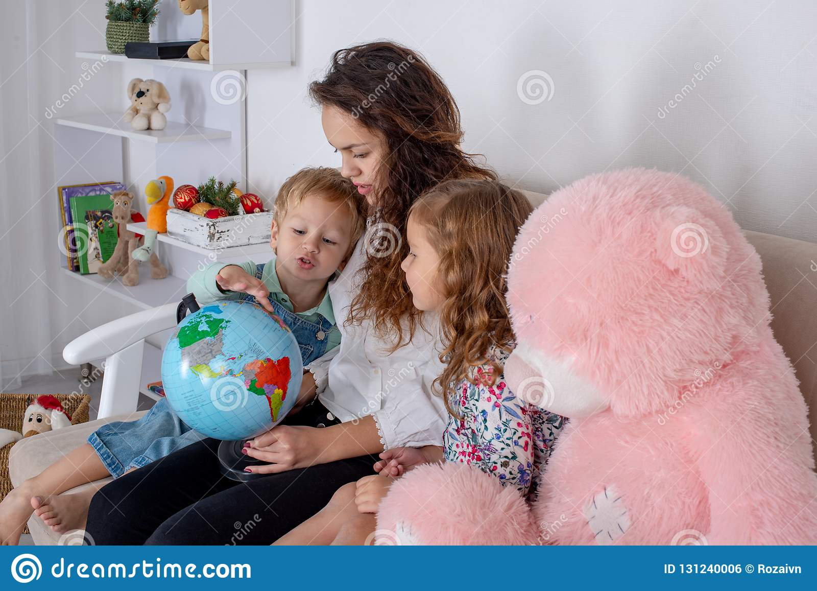 Små barn med en barnflicka eller med en ung moder eller med en t