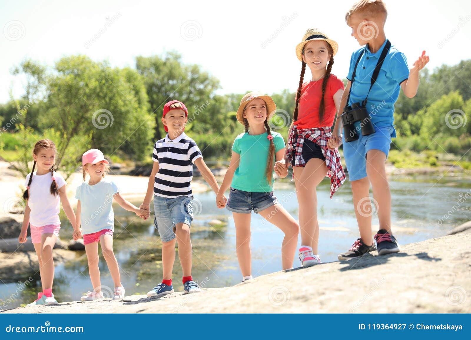 Små barn med kikare utomhus