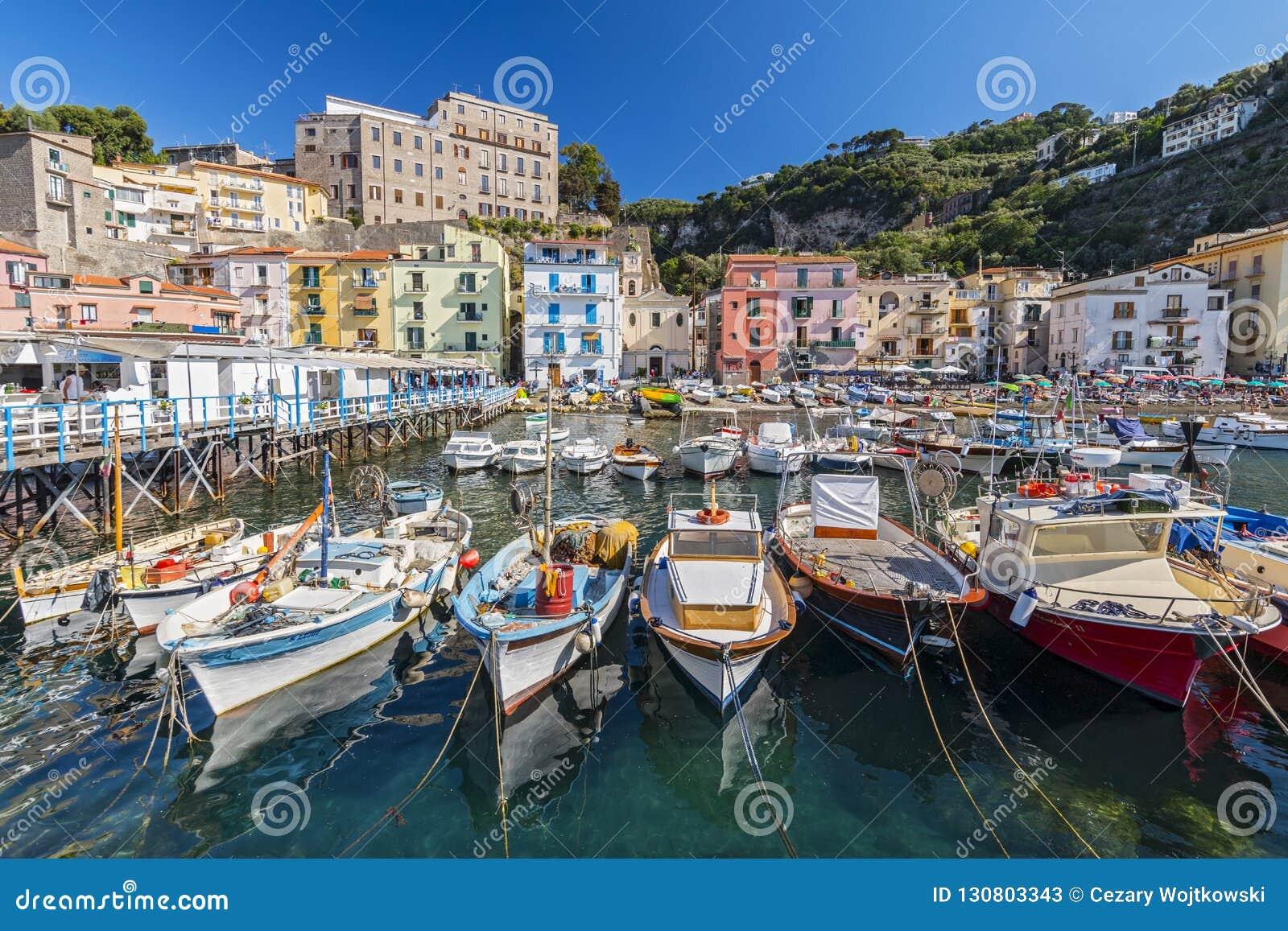 Små fiskebåtar på hamnen Marina Grande i Sorrento, Campania, Amalfi kust, Italien