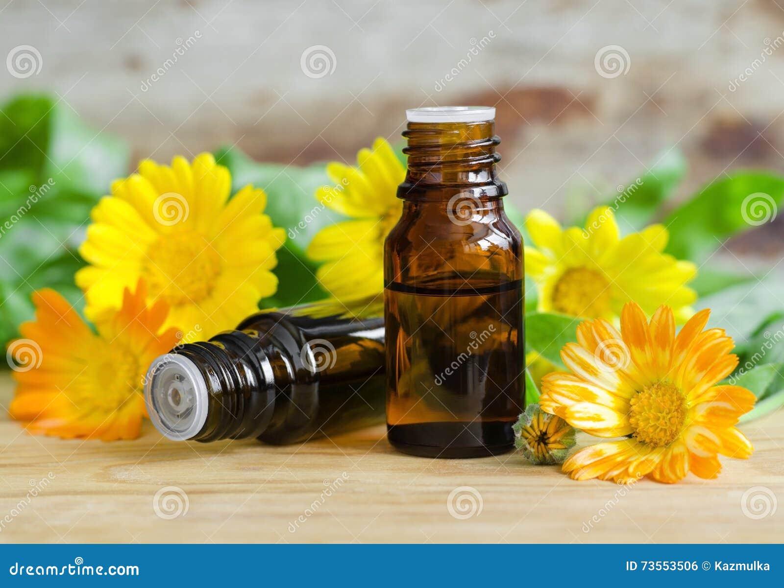 Små flaskor av calendulaolja (extrakt, tinktur, avkoken)