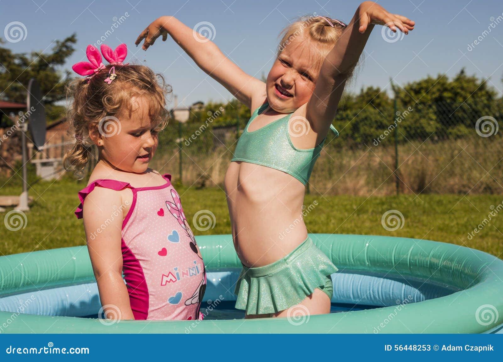 Små flickor i simbassäng