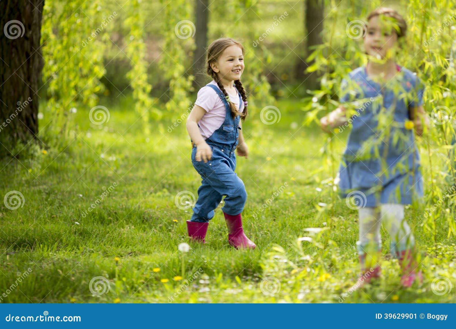 Små flickor som playuing i skogen