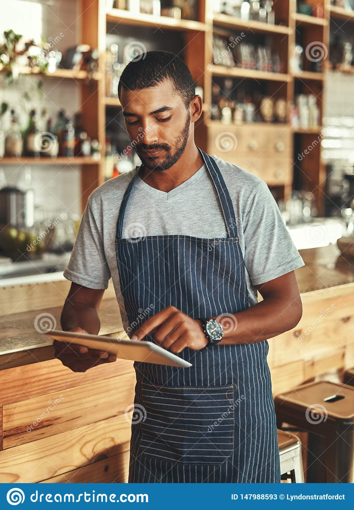 Små och medelstora företagägare på hans coffee shop genom att använda den digitala minnestavlan