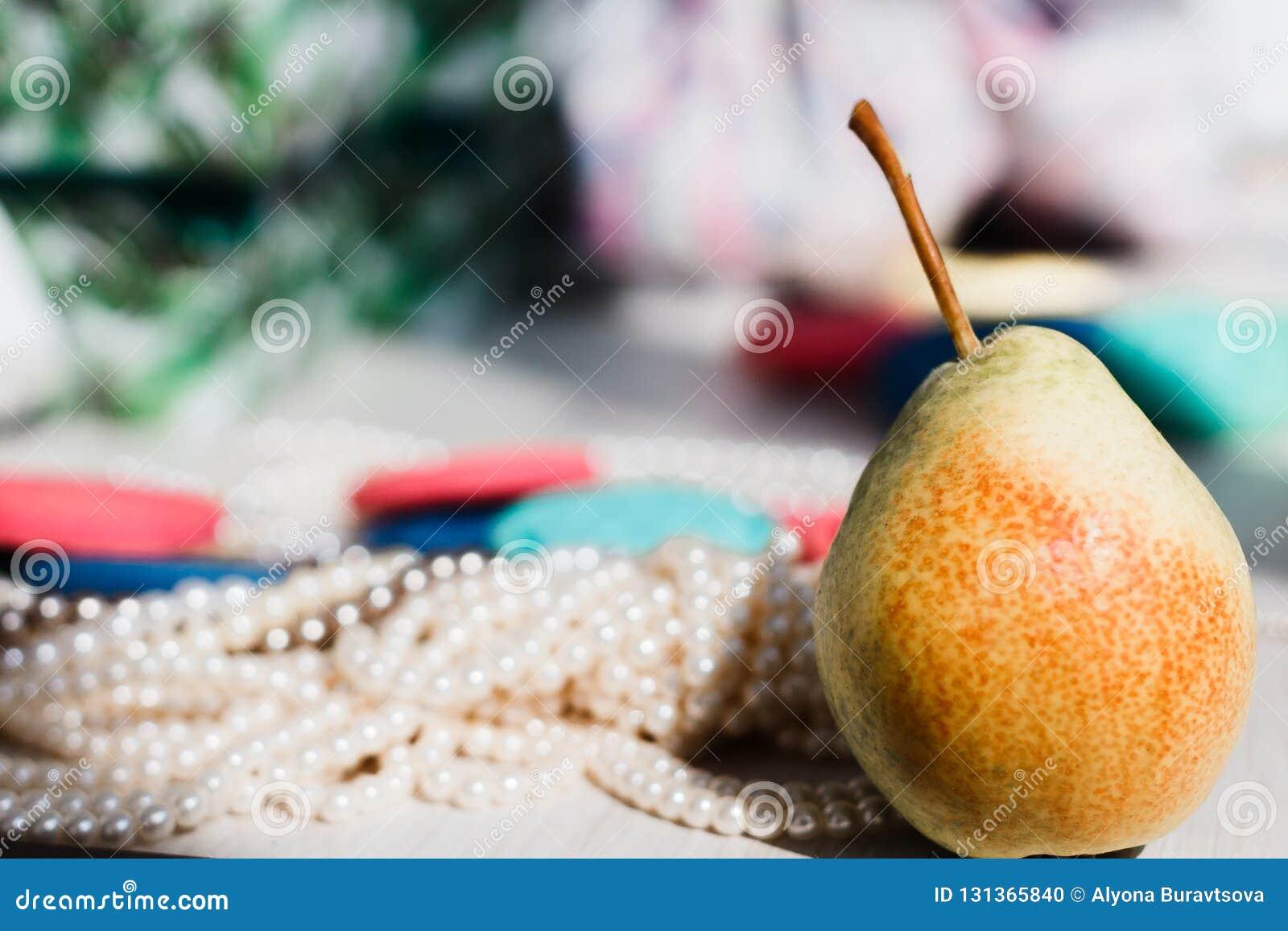 Små päron och trådar av pärlor