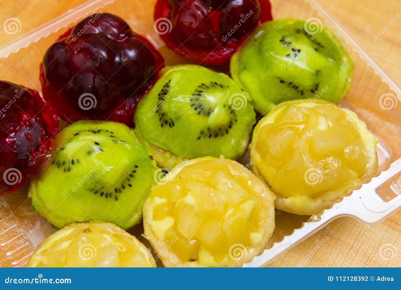 Små tarts för körsbär, för kiwi och för ananas