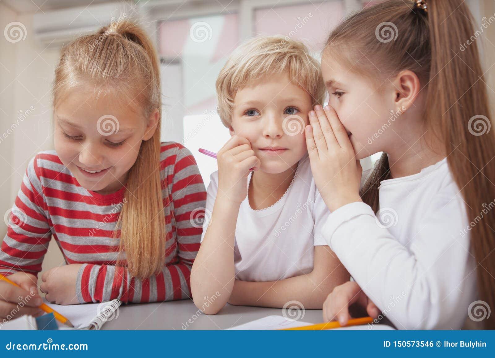 Små ungar som drar på grundskolakonstgrupp