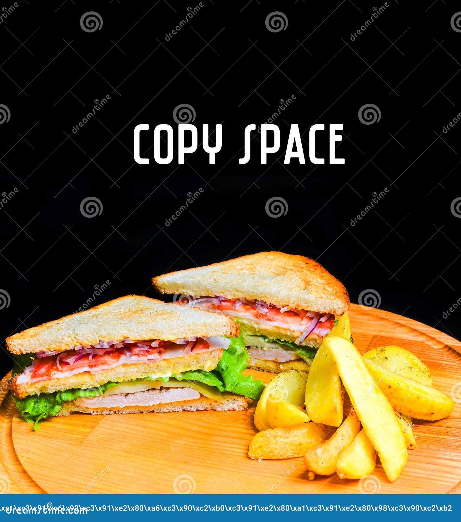 Smörgås med bakade potatisar på ett träbräde kopiera avstånd