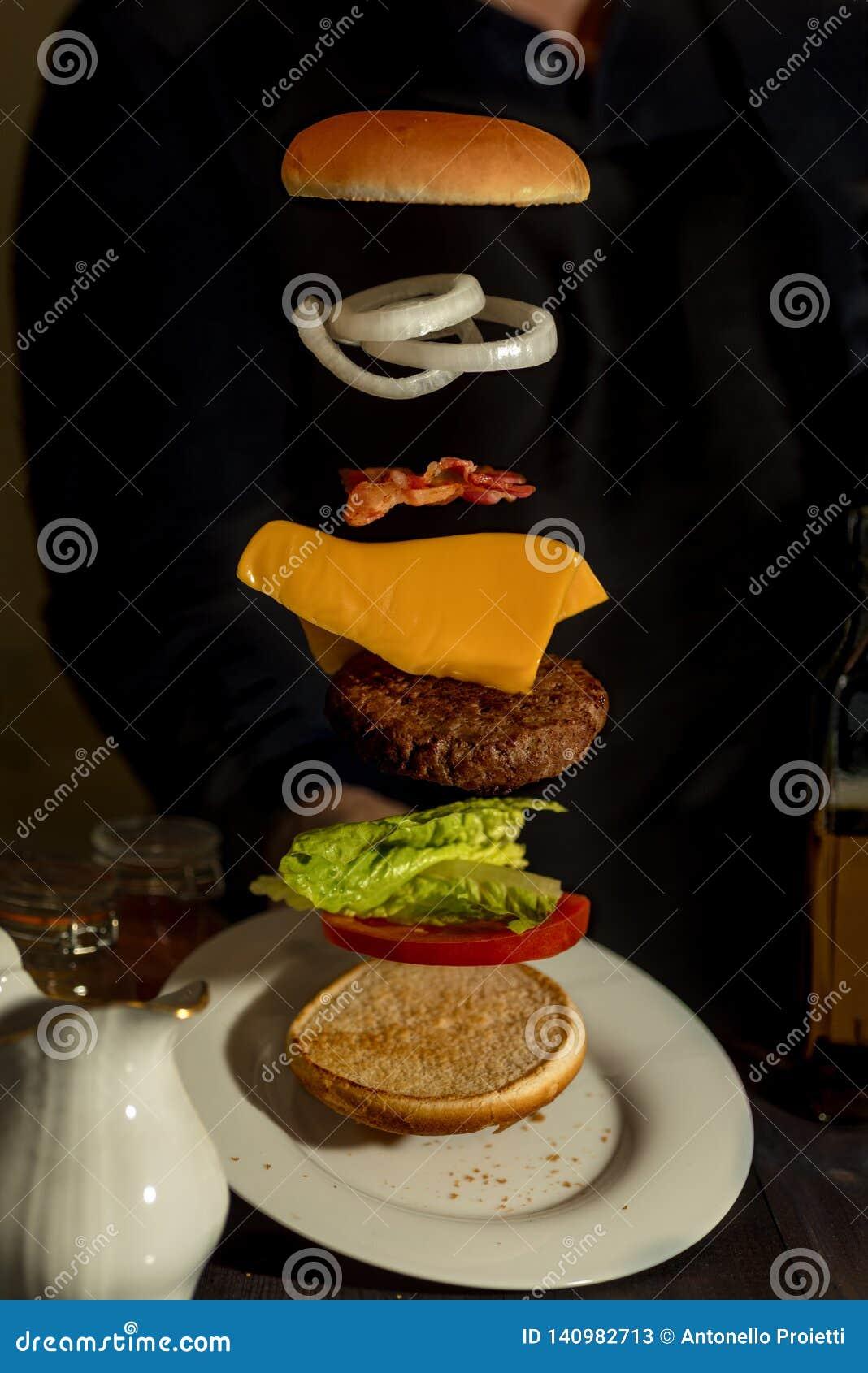 Smörgås med flygingredienser som erbjuds på den vita plattan
