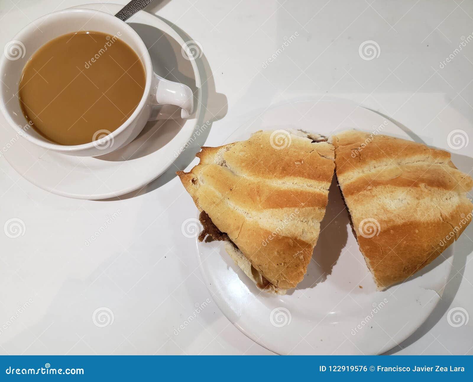 Smörgås och en kopp kaffe på en snabbmat