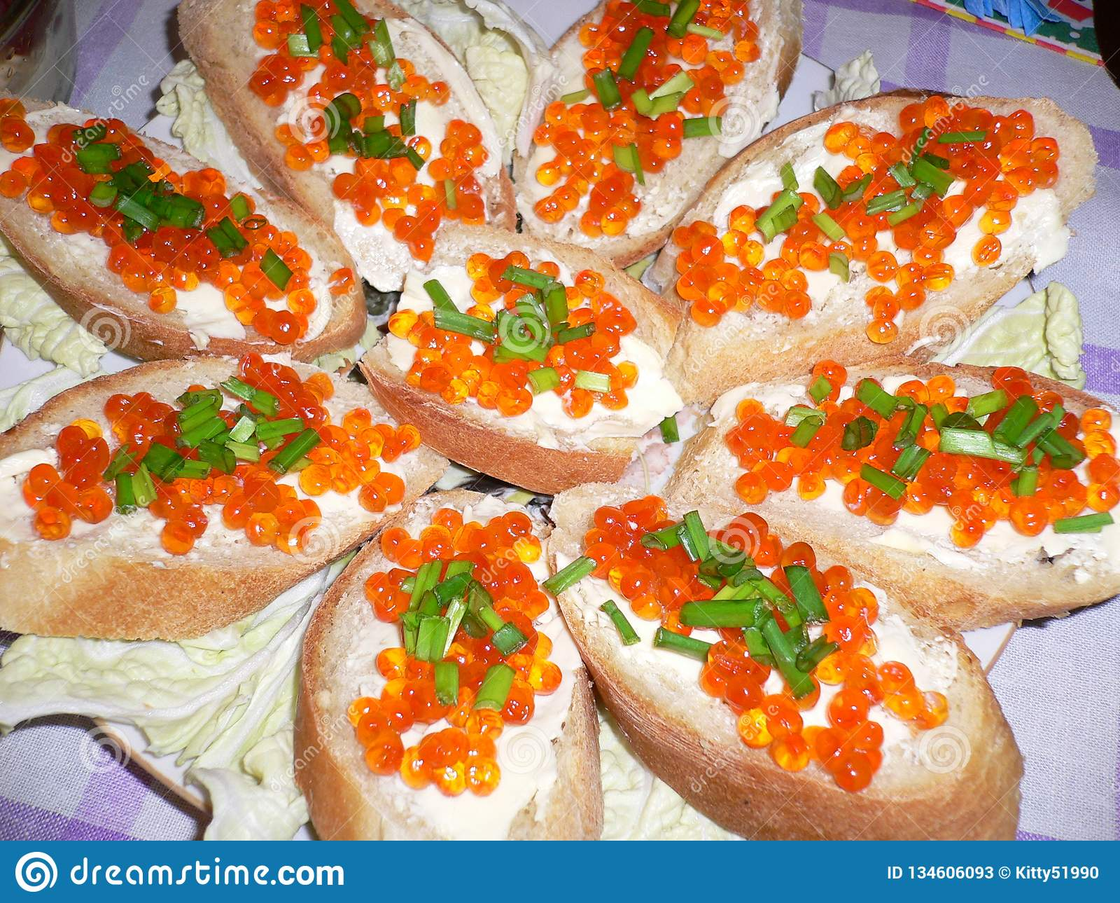 Smörgåsar med den röda kaviaren och salladslökar