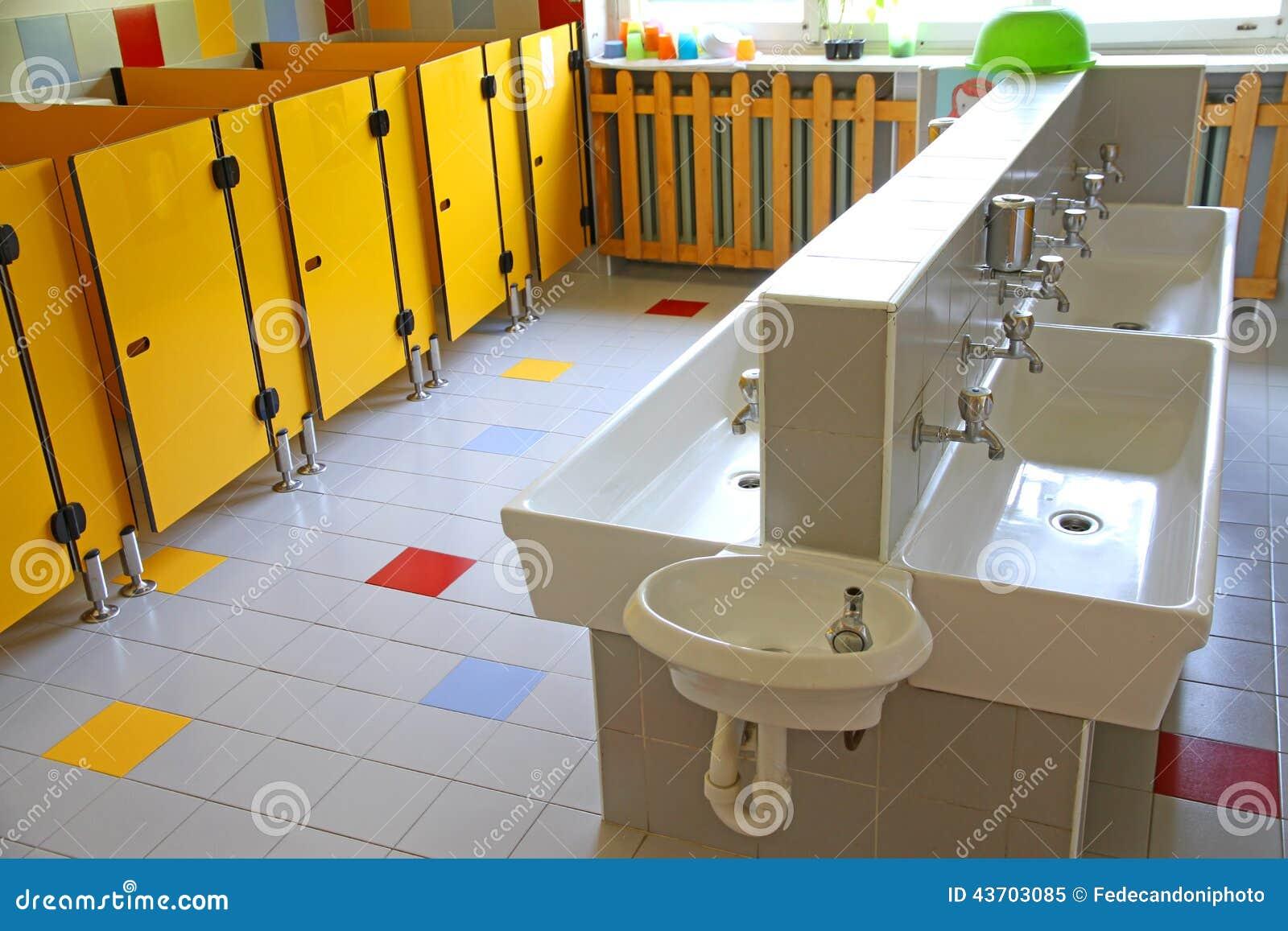 Små badrum och låga vaskar i en skola för unga barn arkivfoto ...