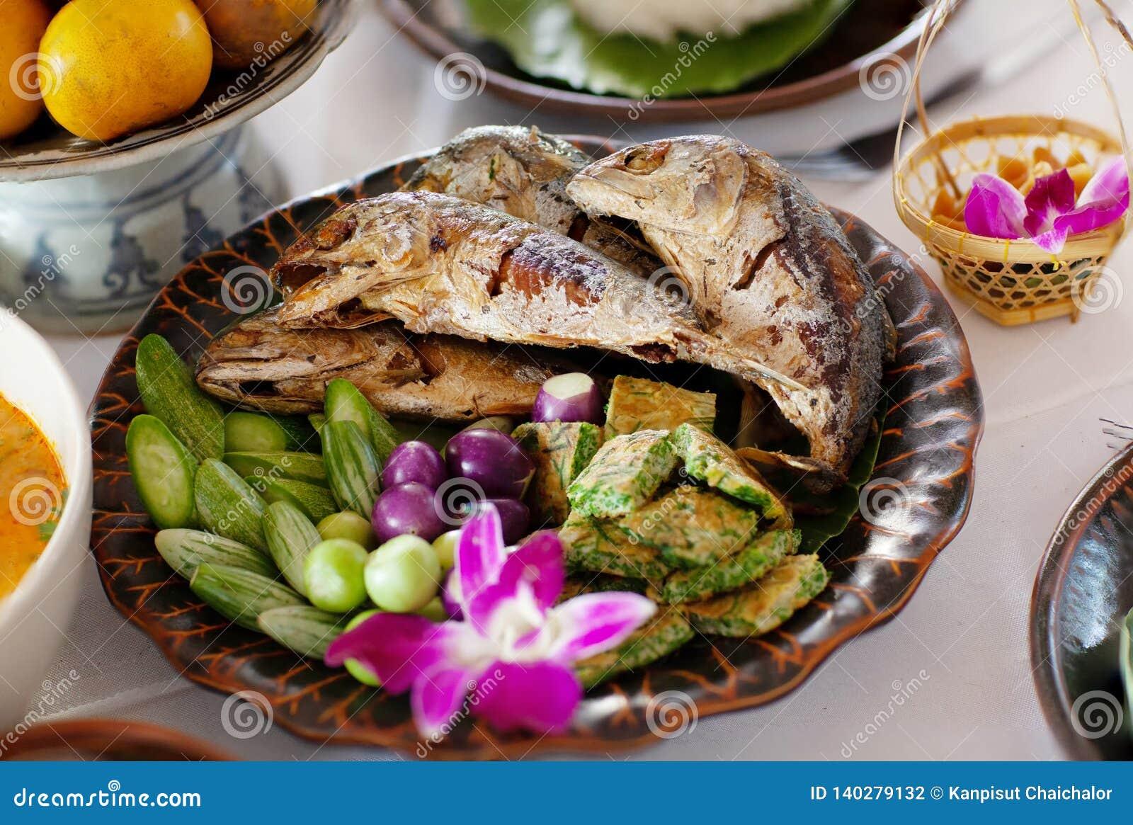 Smażąca makreli ryba w błękitnym naczyniu Krewetkowy pasty warzywa i kumberlandu set tajskie jedzenie Smażąca makrela z krewetkow
