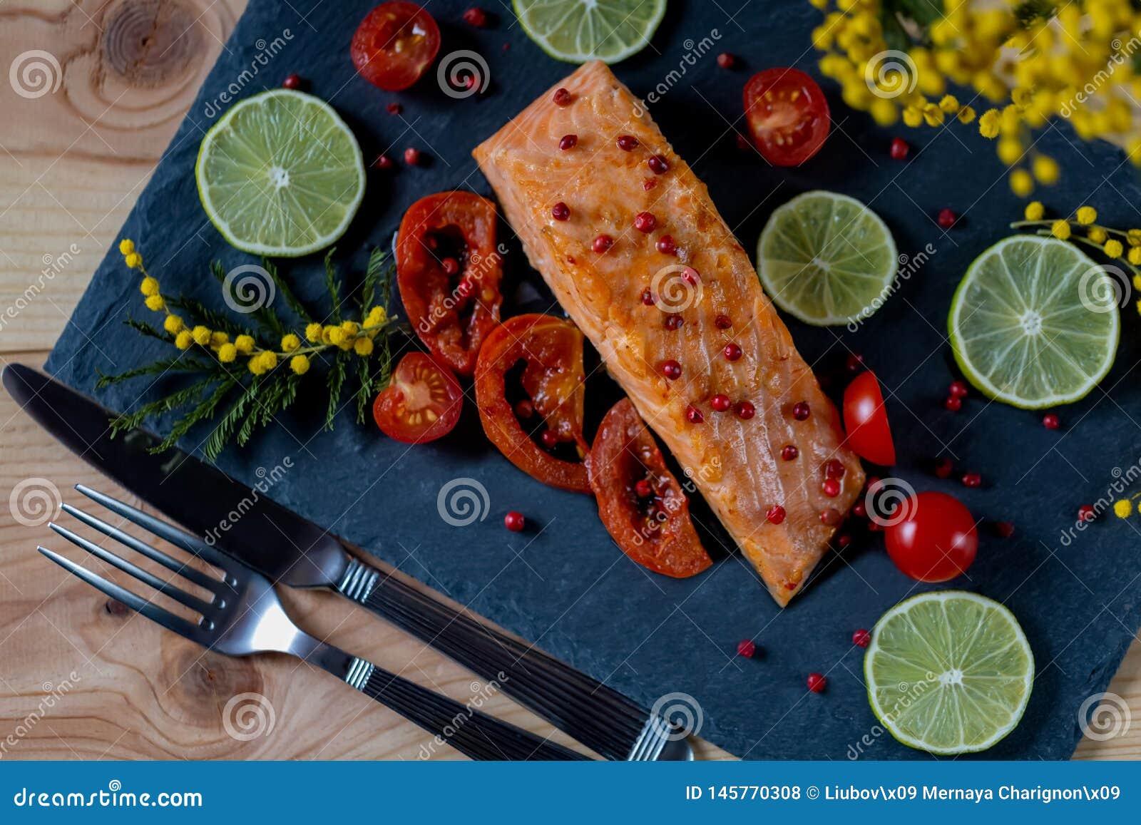 Smażąca denna ryba z kawałkami pomidor i wapno