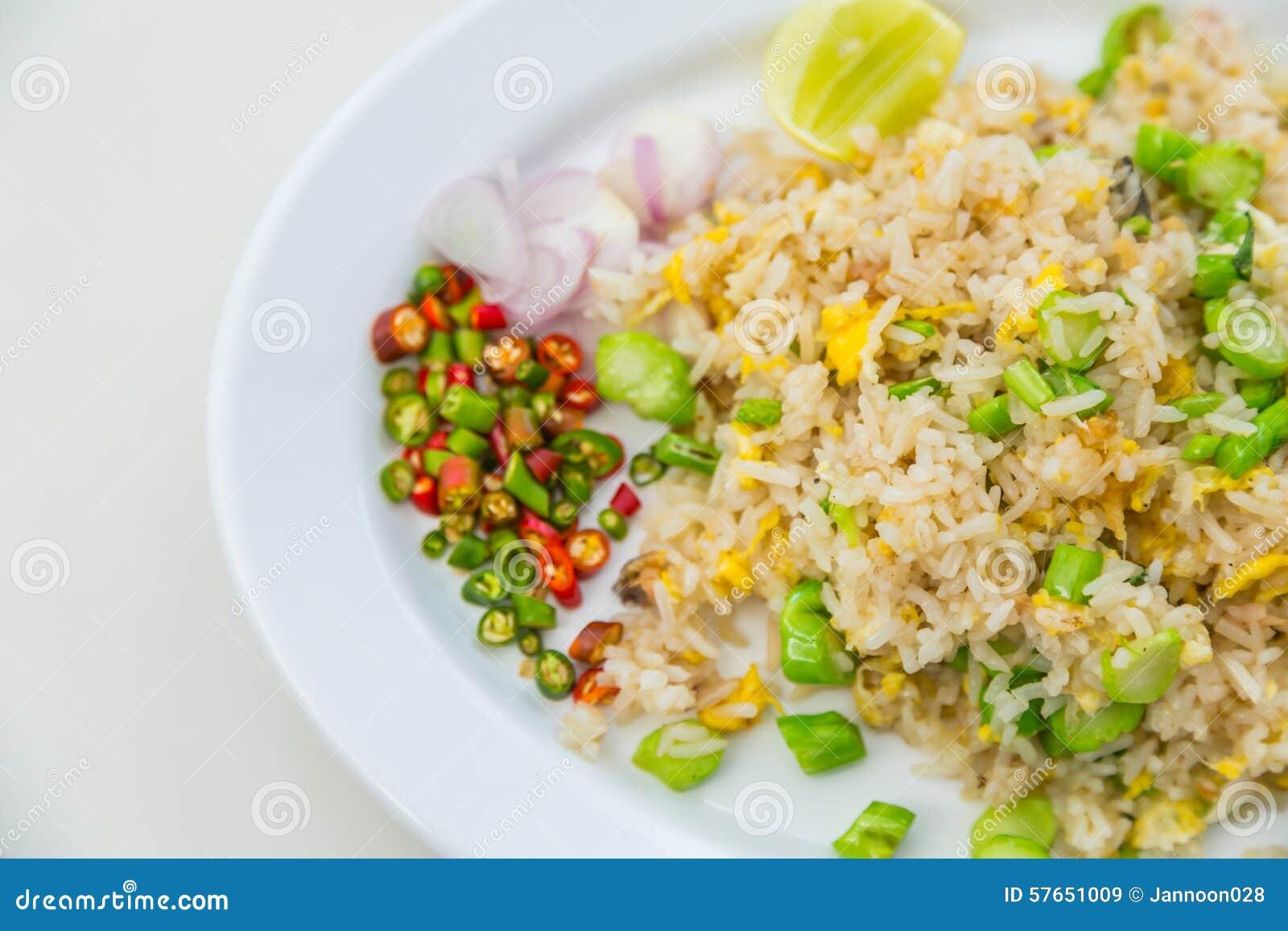 Smażący ryżowi warzywa
