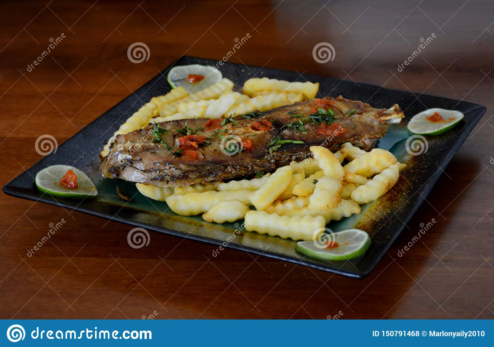 Smażący Rybi stek Z Francuskimi dłoniakami