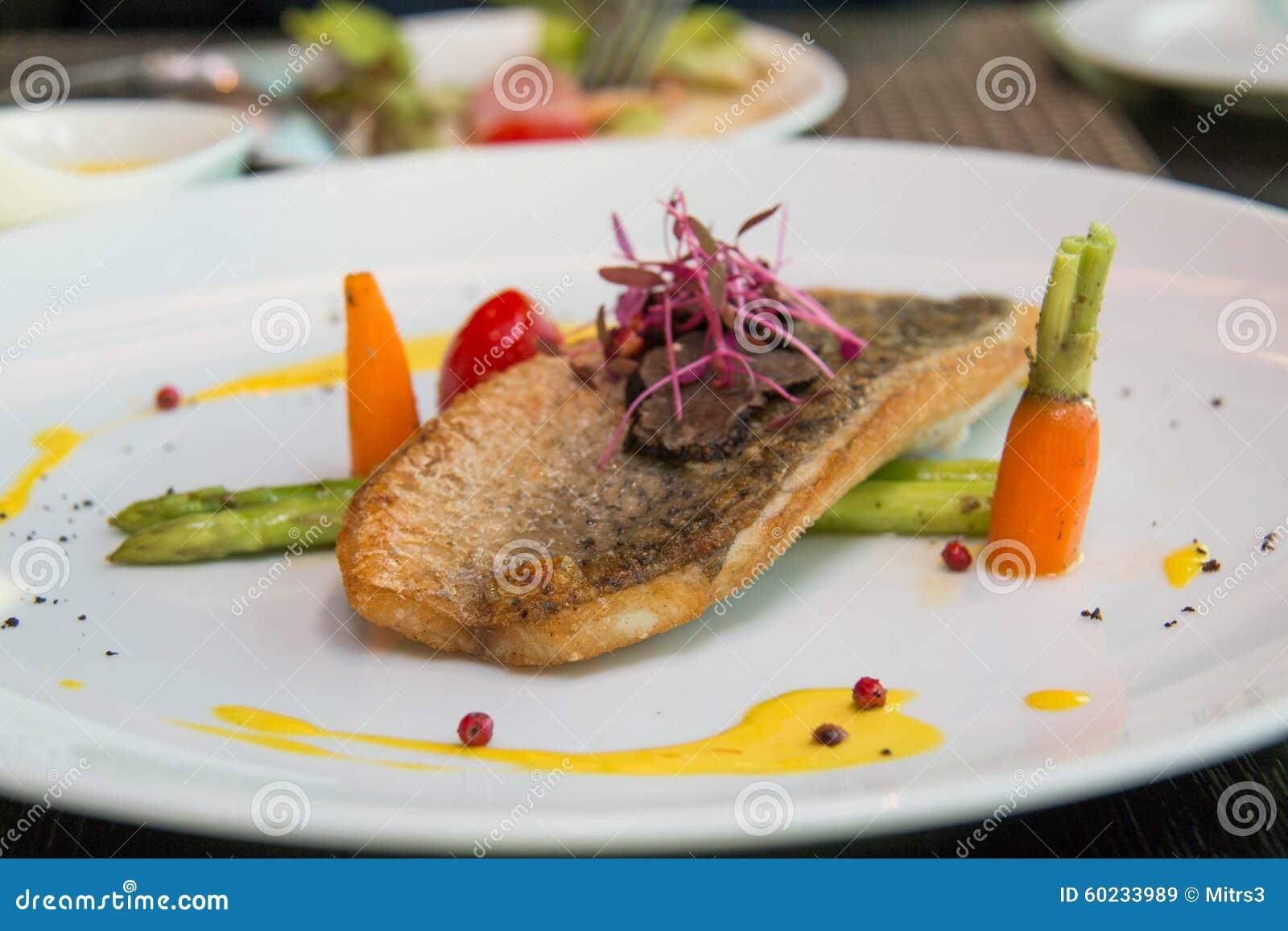 Smażący Rybi stek z kumberlandem i veggies