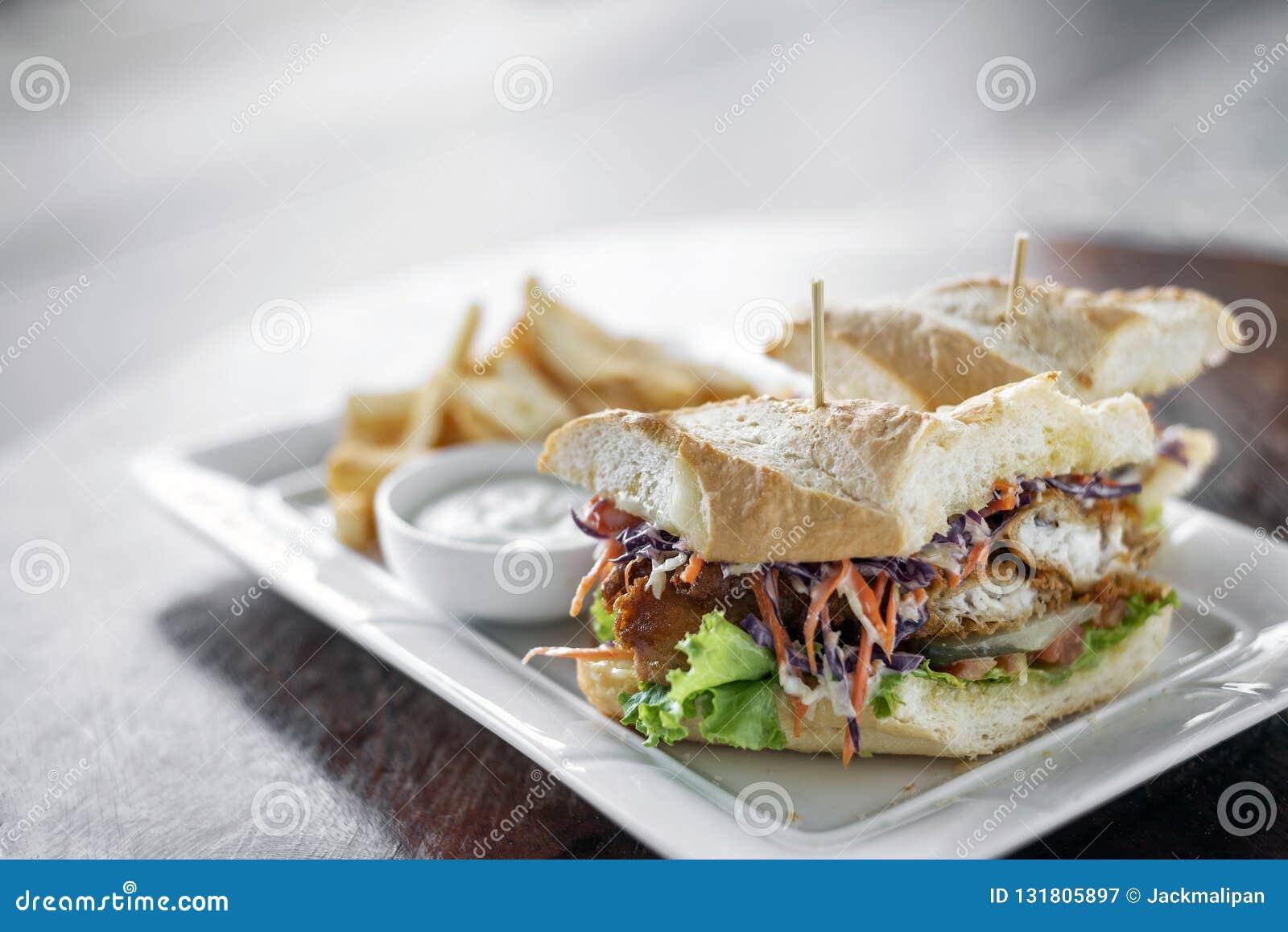 Smażę obijał świeżą rybią polędwicową kanapkę z coleslaw sałatkowymi francuskimi dłoniakami i winnika kumberlandem