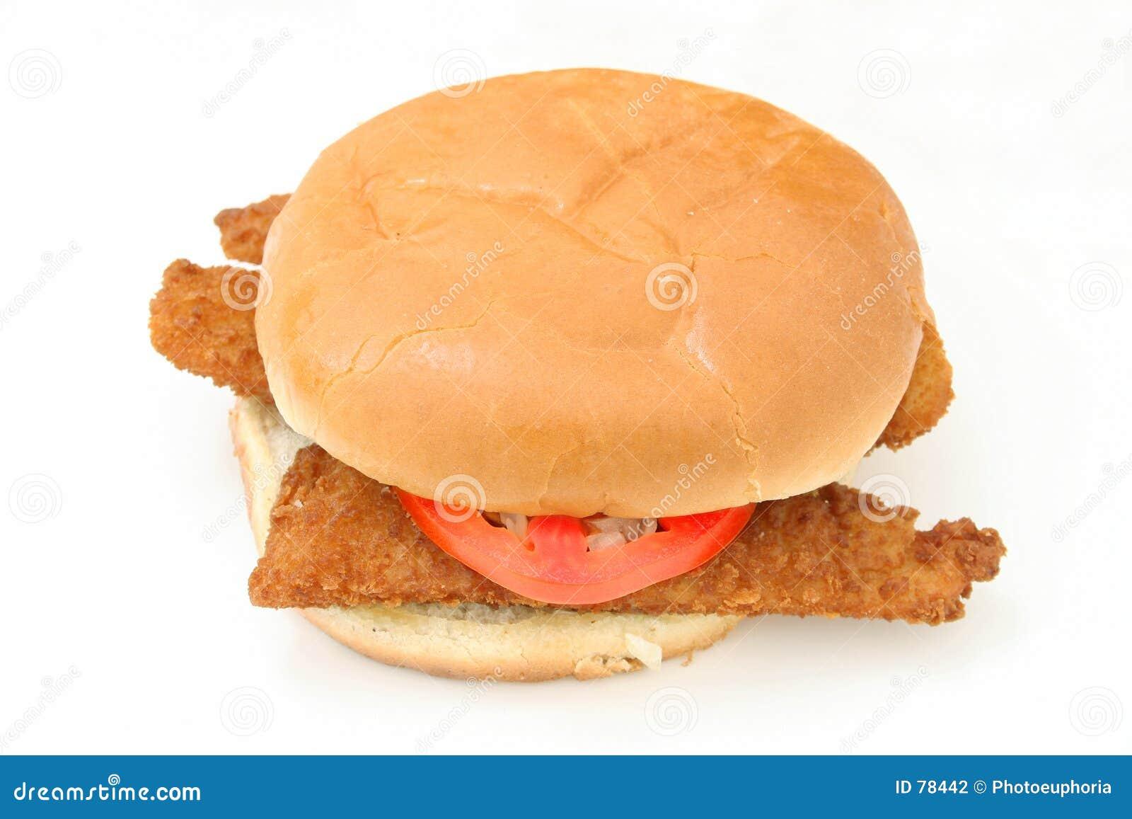 Smażone ryby poszatkowany chrupiące kanapki cebulkowy pomidor