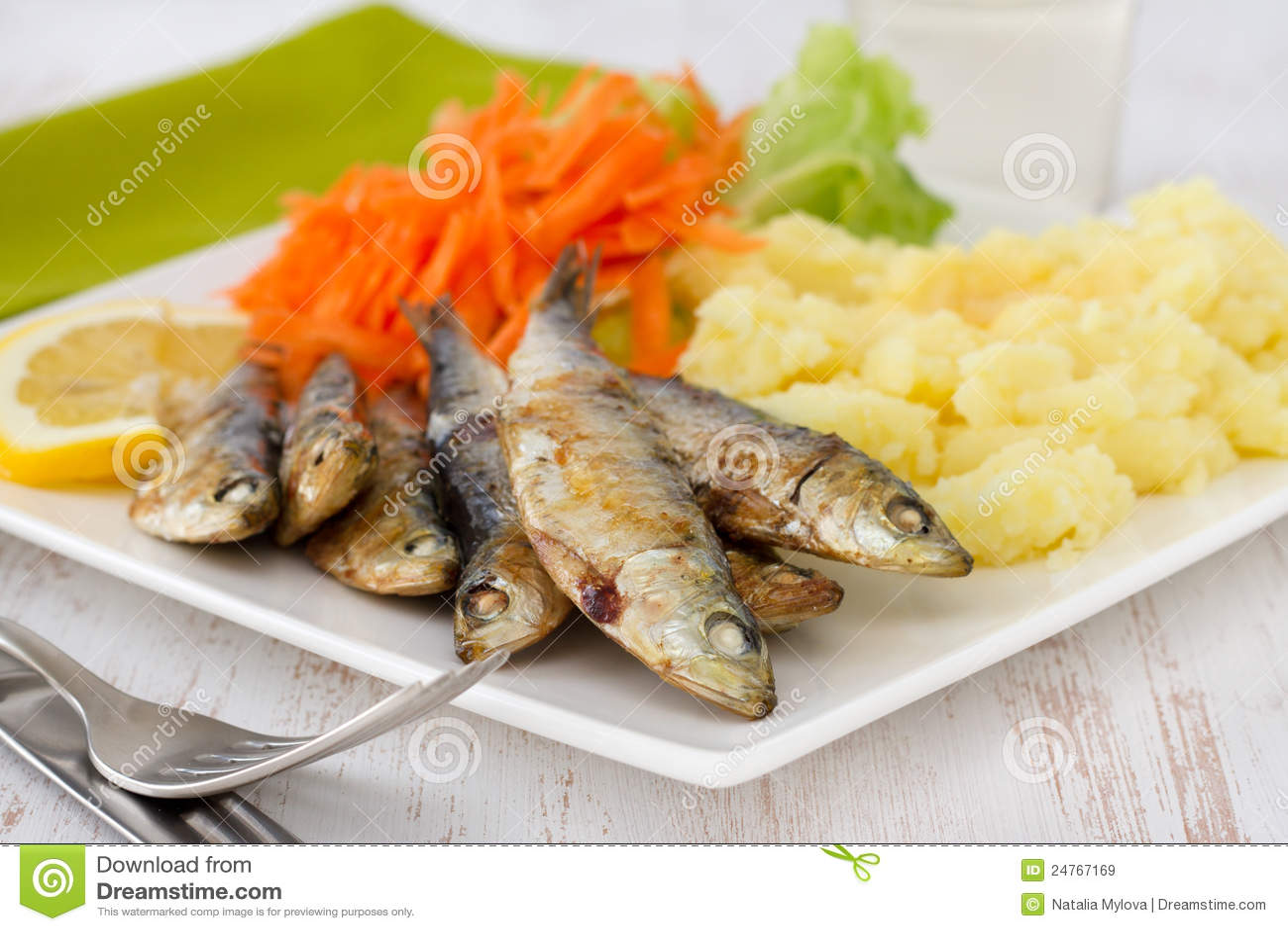 Smażyć puree ziemniaczane sałatki sardynki