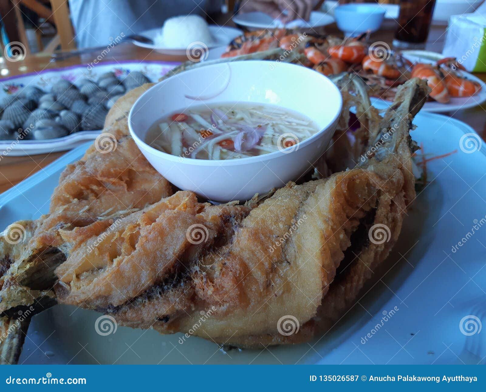 Smażyć rybie rybiego kumberlandu krewetki piec na grillu garneli na stole
